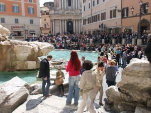 La fontaine de Trevi magnétise les touristes