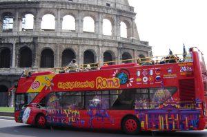 bus touristique devant le Colisée