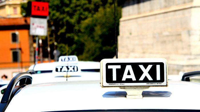 taxis dans une station à Rome