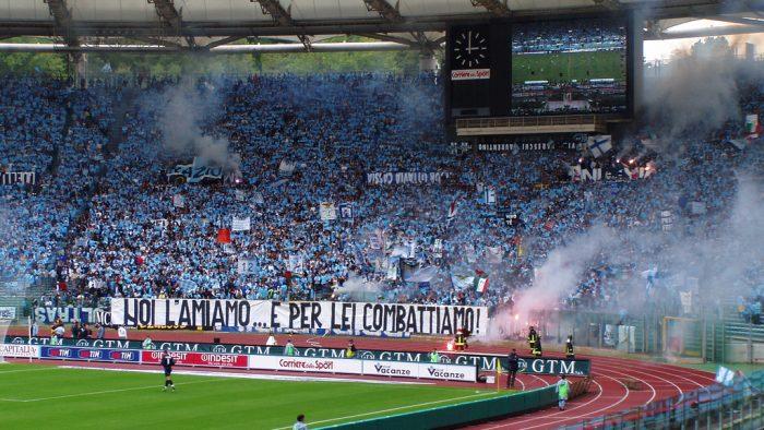 Les tifosi de la Lazio dans le virage nord.