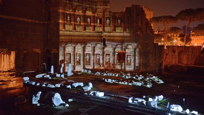 Lors des visites nocturnes, le Forum d'Auguste semble reprendre vie.