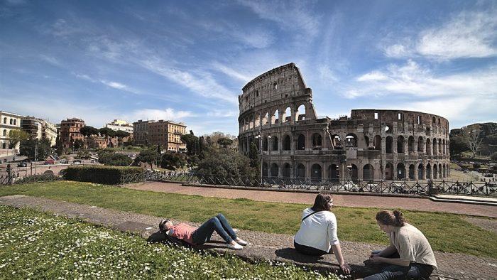 Les vêtements à Rome en été.