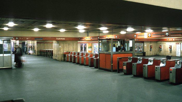 Une station de métro, à Rome.
