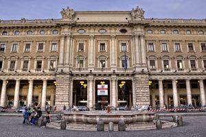 Via del Corso, la rue du shopping, à Rome