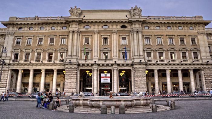 Shopping dans galerie Alberto Sordi Rome.