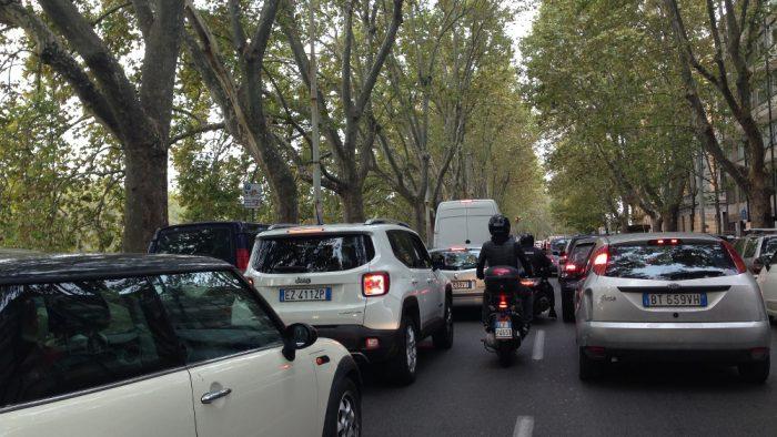 Voiture stationnement Rome.