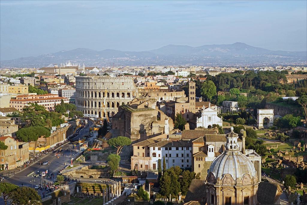 colisée et le forum romain à Rome