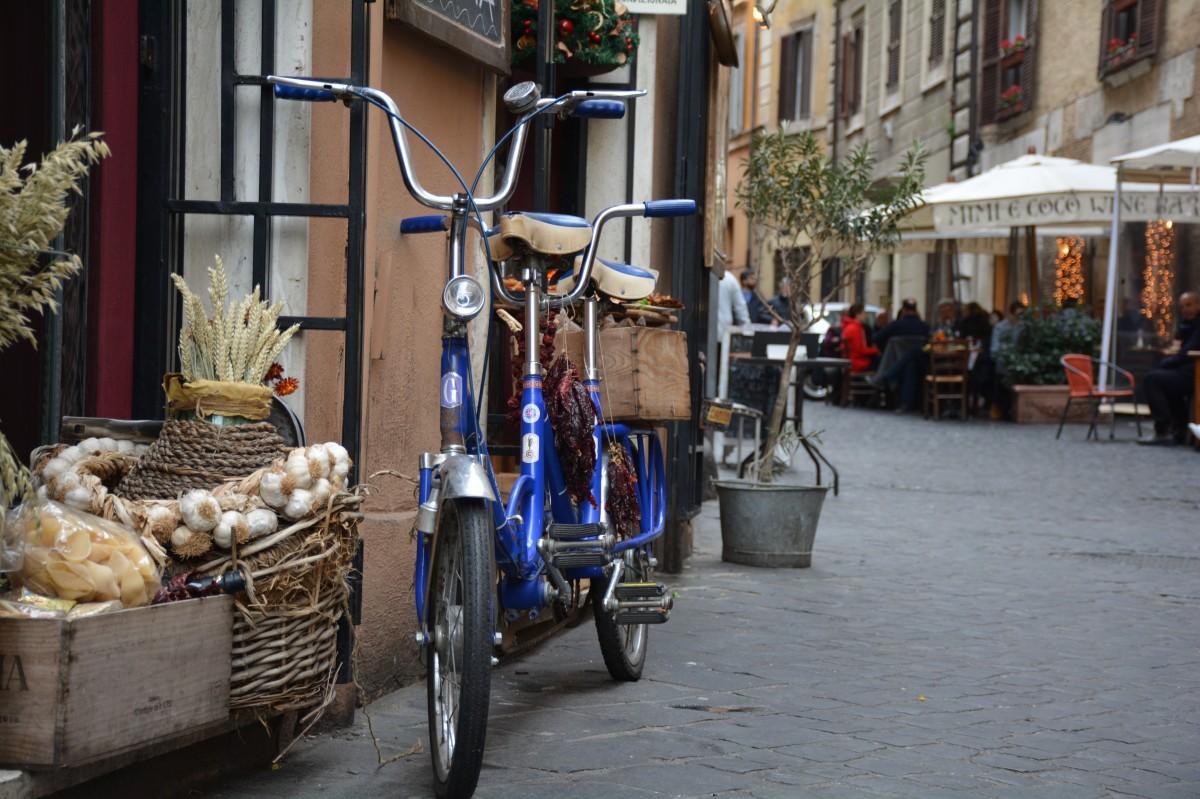 à vélo tandem dans les rues de Rome