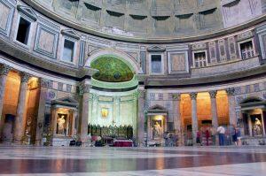 L'intérieur du Panthéon est richement décoré