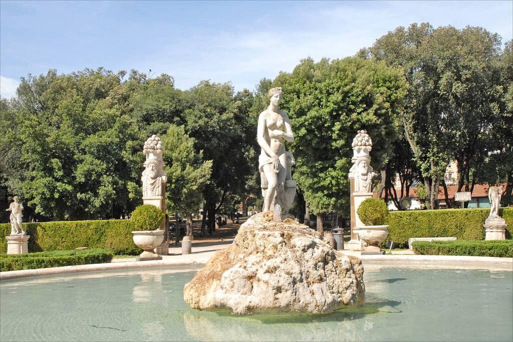 Collection de sculptures dans les jardins de la villa Borghese