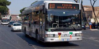 bus dans une rue de Rome