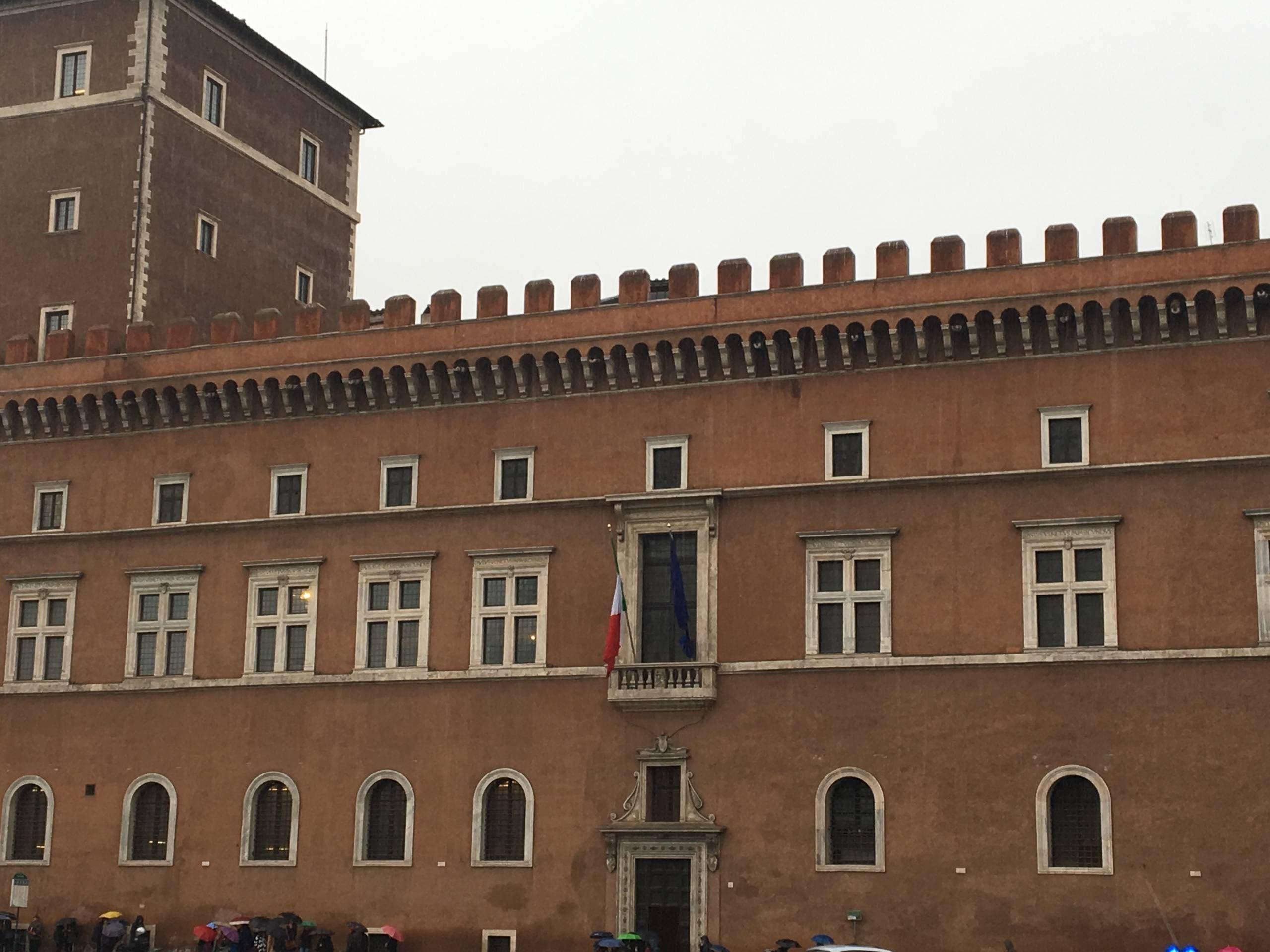habitude rendez-vous sous balcon Mussolini