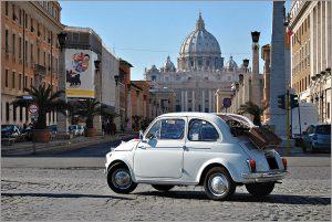 Fiat 500 dans une rue de Rome.