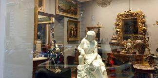 Une vitrine d'antiquaires à Rome.