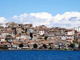 Village Anguillara lacs près de Rome