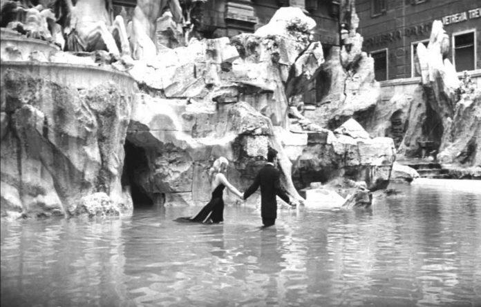 baignade dolce vita fontaine de trevi Rome